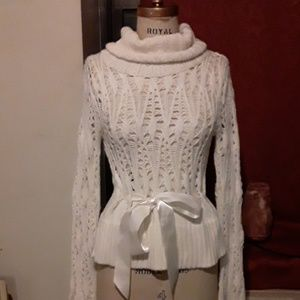 Off white beautiful sweater with bow